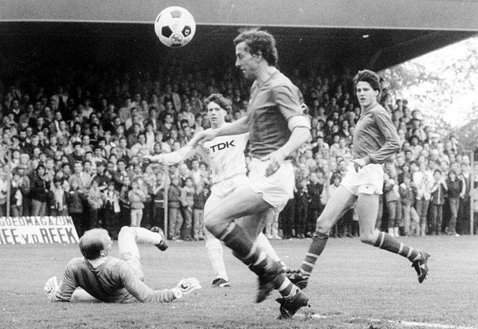 Otto Versfeld als doelman (liggend op de grond) in actie tegen het Ajax van Marco van Basten.