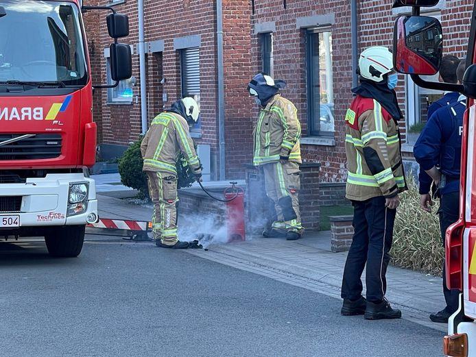 De brandweer kon de brandende roetresten blussen op het voetpad.