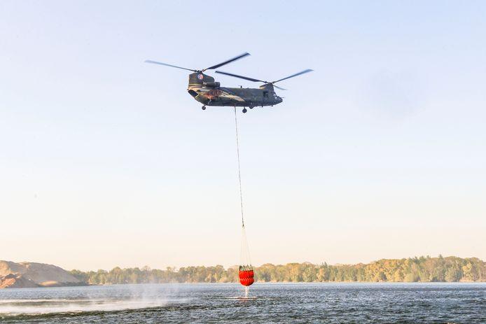 Fire Bucket Team van Defensie is ingezet voor blussing zeer grote brand bij Deurne.