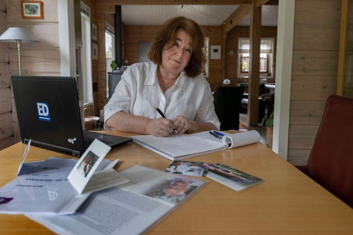 Verslaggeefster Annette Tromp vindt het een dankbare opdracht om voor het ED verhalen te maken over overleden mensen.