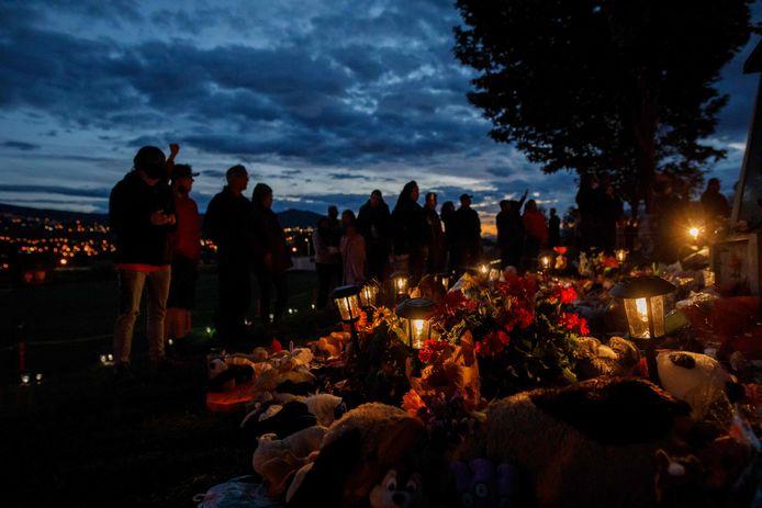 Mensen komen samen om de schokkende vondst van de 215 kinderlichamen bij het internaat van Kamloops te verwerken.