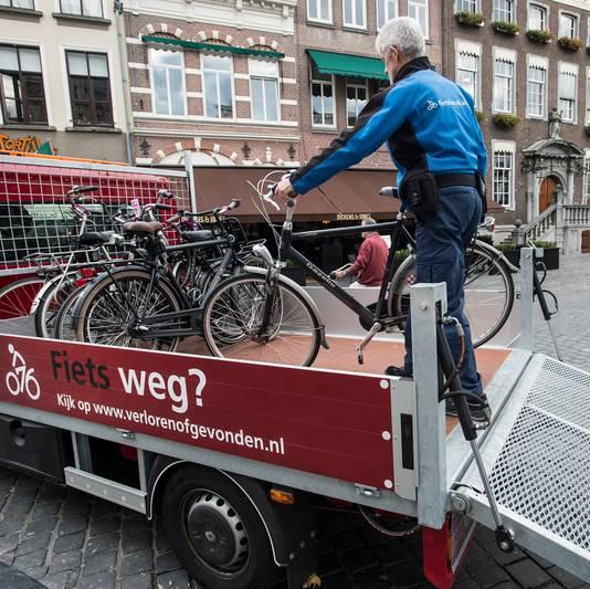 breda-foto : ron magielse afvoeren van verkeerd geparkeerde fietsen op de grote markt die bron van ergenis voor oa winkeliers zijn.