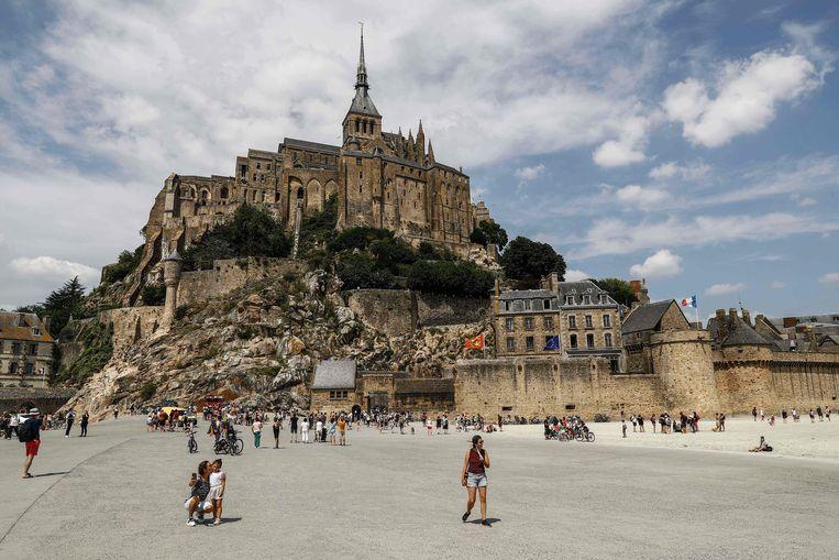 Toeristen bij Mont-Saint-Michel in Normandië. (22/07/2021) Beeld AFP