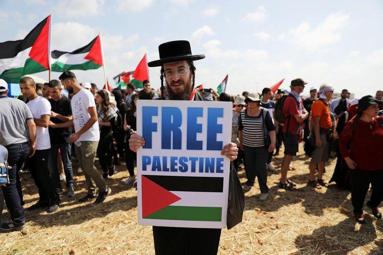Een demonstrant neemt deel aan een rally van Israëlische Arabieren voor het recht van terugkeer voor de vluchtelingen die hun huizen moesten ontvluchten tijdens de Arabisch-Israëlische oorlog in 1948. Beeld REUTERS