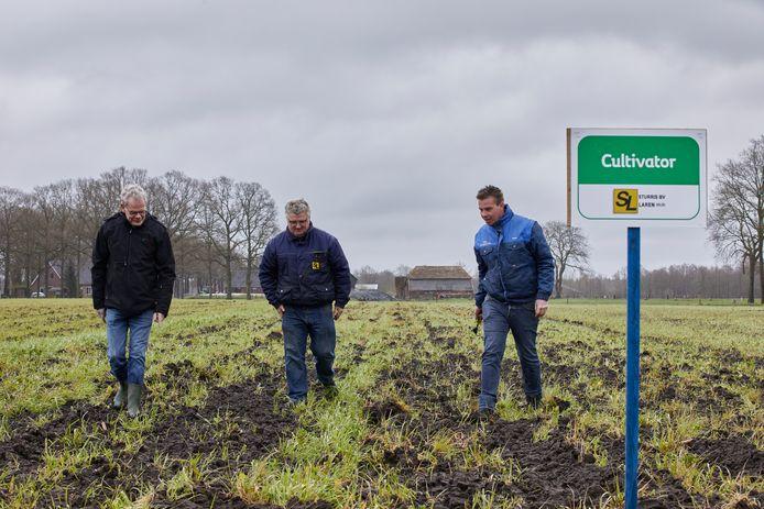 Gerrit Boschloo (l), Arjan Sturris (m), beide eigenaren van een loonwerkersbedrijf en Sven van der Pol, planner bij loonwerkersbedrijf Hoftijzer Lochem lopen over het demonstratieveld in Laren.