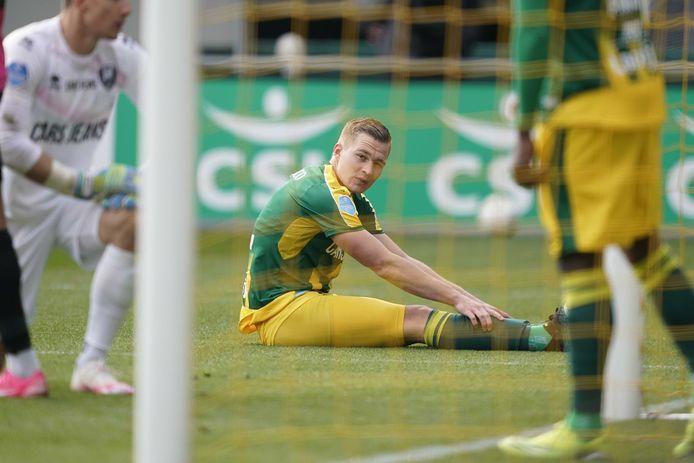 ADO-verdediger Boy Kemper zit er al tijdens de wedstrijd tegen FC Utrecht verslagen bij.