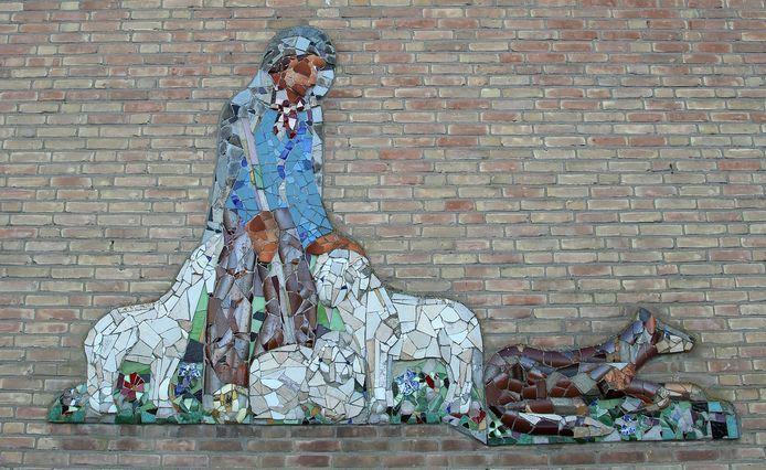 Het kunstwerk De Goede Herder in de muur van nu verlaten Eden Haëzerschool aan de Mijzijde in Kamerik