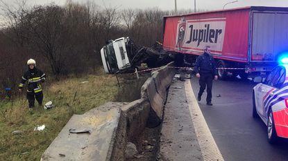 Vrachtwagen rijdt door betonwand