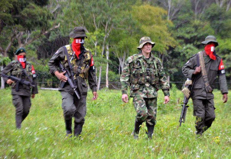 In 2013 liet het ELN een ontvoerde Colombiaanse militair vrij vlakbij de grens met Venezuela. Beeld AFP