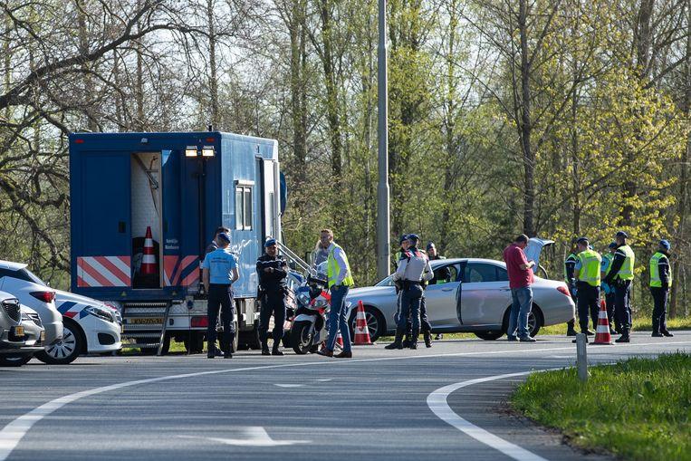 Controles aan de Duitse grens bij De Lutte in Nederland.  Beeld Getty Images