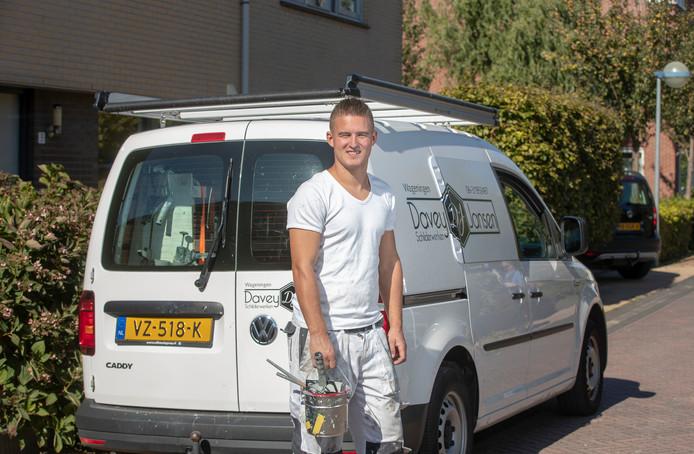 Davey Jansen kan even niet voetballen, maar gelukkig voor de zzp'er wel schilderen.