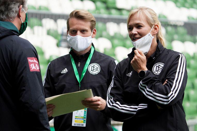 In Duitsland dragen de scheidsrechters tot vlak voor de match een mondmasker. Beeld EPA
