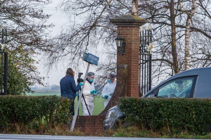 De politie heeft uitgebreid sporenonderzoek gedaan rondom de villa aan de Hofdijklaan in Oud Ade.