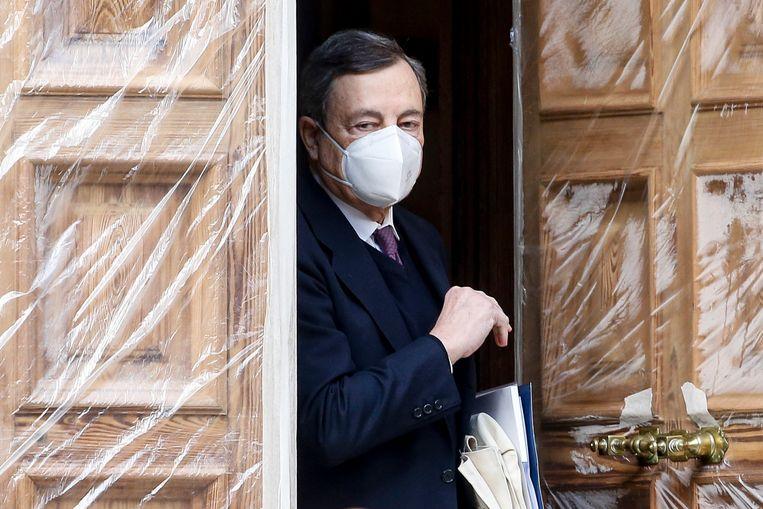 Mario Draghi vertrekt bij zijn huis in Rome.  Beeld EPA