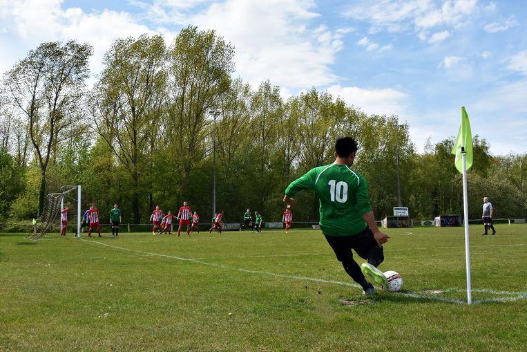 De voetballers van Plenke Werchter proberen de konijnenputten zo goed als mogelijk te ontwijken tijdens de match.