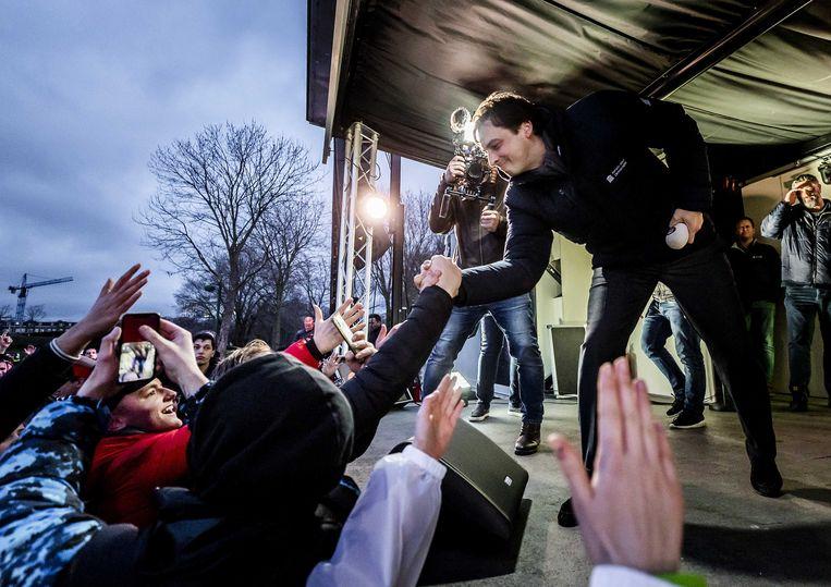 FvD-lijsttrekker Thierry Baudet schudt handen met aanhangers in het Westerpark tijdens een campagnebijeenkomst op de verkiezingsdag.  Beeld ANP