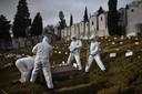 Met zo'n driehonderd Coviddoden per dag een ruime maand geleden, maakten begraafplaatsen in Portugal overuren.
