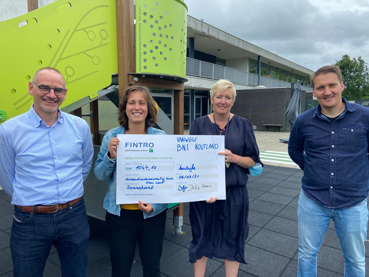 Filip Van Simaeys, Sofie Remmery, Elke Winne, Francis Deveen met de cheque.