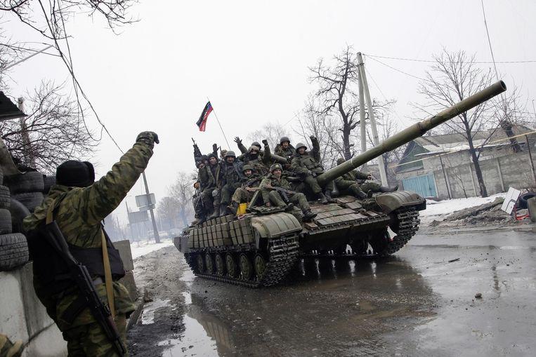 Pro- Russische rebellen rijden met tanks door de straten van Donetsk, Oekraïne. Beeld anp