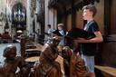 De jeugd van Schola Cantorum repeteert in de koorbanken van de Sibt-Jan.