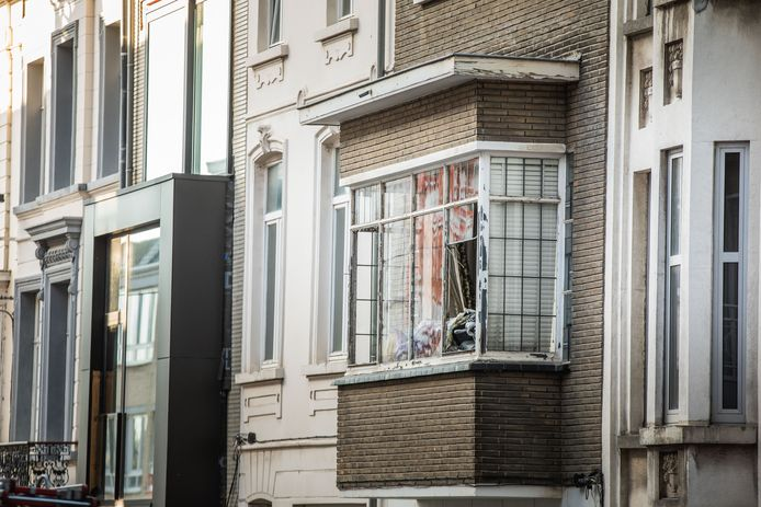 Door de klap sprongen de ruiten van de woning stuk.