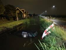 Auto rijdt water in bij Leidschendam