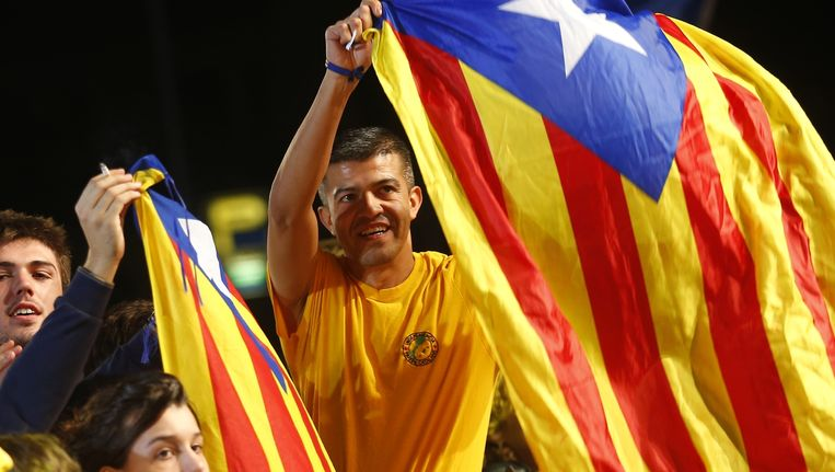 Nationalisten zwaaien met de Catalaanse vlag als de verkiezingsuitslag duidelijk wordt. Beeld ap