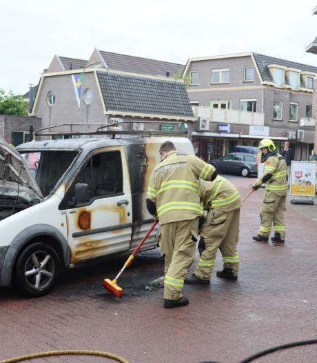 Bestelwagen met rolstoel en kampeerspullen brandt uit bij de Jumbo in Voorthuizen