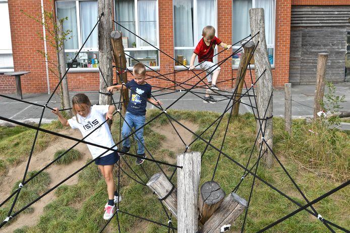 De kinderen van de Zilverbergschool namen recent hun nieuwe speelplein in gebruik.