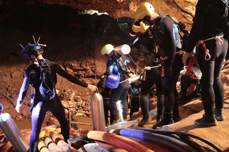 Reddingswerkers in de grot, waar vandaag de laatste voetballertjes gered zijn. Beeld AFP
