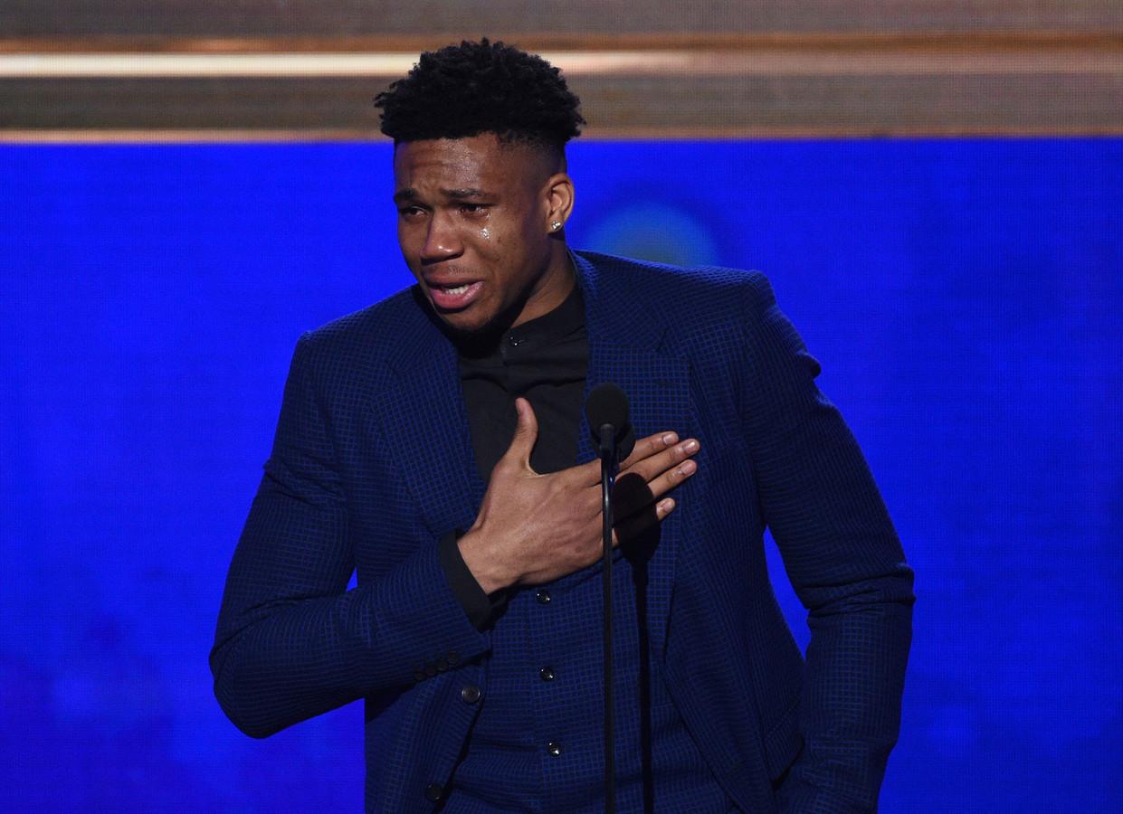 NBA-speler Giannis Antetokounmpo, van de Milwaukee Bucks, geeft een emotionele speech nadat hij wordt uitgeroepen tot MVP tijdens de NBA Awards.