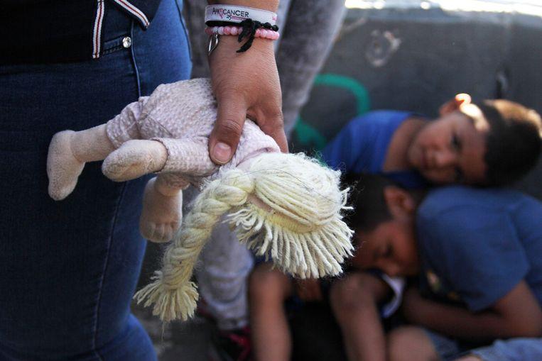Mirgranten aan de Amerikaans-Mexicaanse grens bij de Paso Del Norte. Beeld AFP