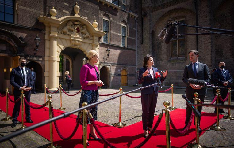Minister-president Rutte, minister van Buitenlandse Zaken Kaag (l.) en de Belarussische oppositieleider Svetlana Tichanovskaja (m.) staan de pers te woord na afloop van het gesprek dat de drie hadden in het Torentje. Beeld Freek van den Bergh/VK