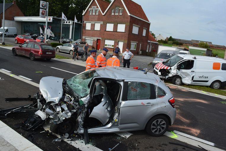 De vernielde Citroën en de eveneens zwaar gehavende Infrax-bestelwagen.