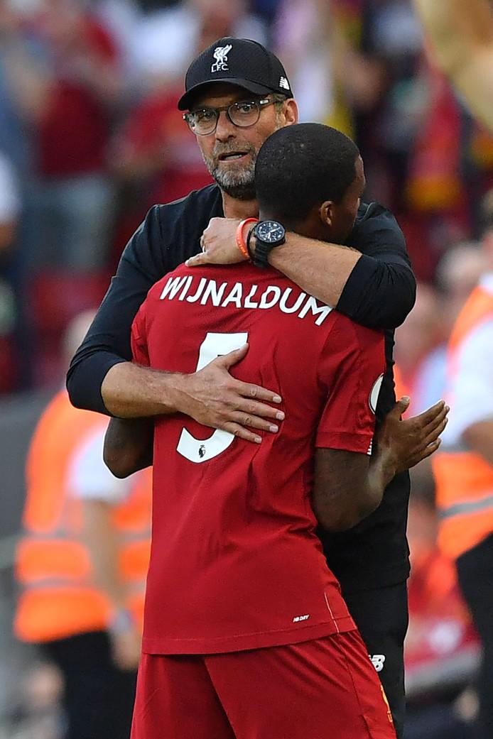 Wijnaldum krijgt een knuffel van zijn trainer.