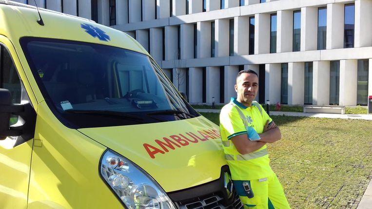 Ambulancier Bouzid Lghazouani, voor het ziekenhuis AZ Groeninge in Kortrijk.