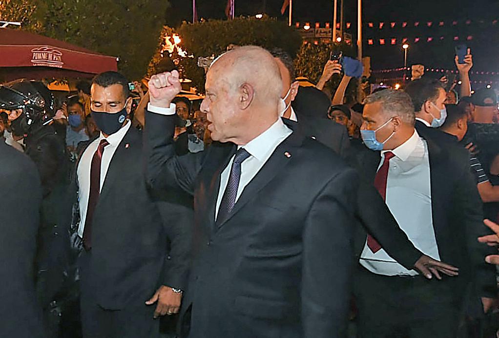 Le président tunisien Kais Saied a limogé le chef du gouvernement Hichem Mechichi et suspendu le Parlement.