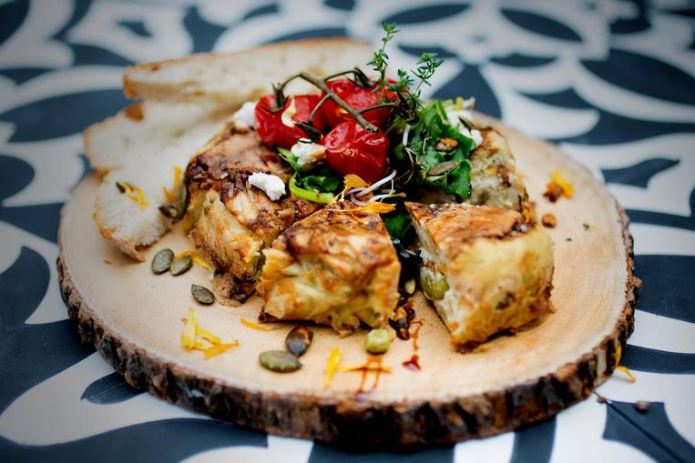 Foodbar Mr. & Mrs. Watson is 100 procent veganistisch: van stoelen bekleed met ananasleer tot een kaasplankje met cashewbrie. Beeld Nick Pina (LemonCake)