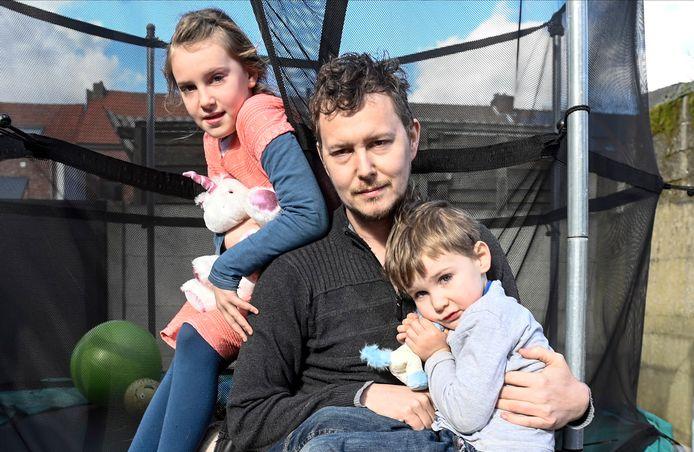 """Papa André met dochtertje Ella (8) en zoontje Lenn (4). Zijn gezicht verraadt dat hij al nachten niet geslapen heeft. """"Ik herhaal de keiharde realiteit de hele dag in m'n hoofd: ons Loes is er niet meer. Gevolgd door: we hebben nog twee ándere kinderen, we moeten voort."""""""