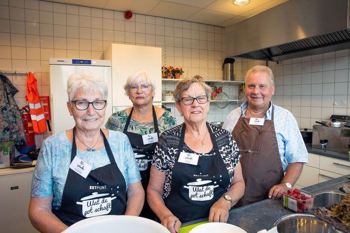 Jeanne van Gastel (links) Tonny Wezenbeek (achter) Dina Kroonen (midden) en Jan van Sittert (rechts) koken in de keuken voor wie wil mee-eten met Wat de pot schaft.