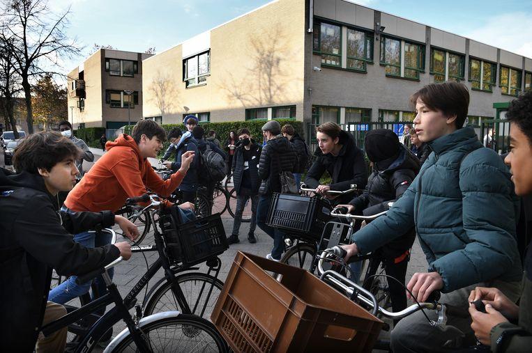 Leerlingen van het Emmauscollege in Rotterdam donderdagmiddag na schooltijd.  Beeld Marcel van den Bergh / de Volkskrant