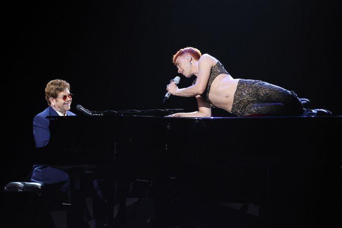 Elton John en Olly Alexander coveren It's a sin.