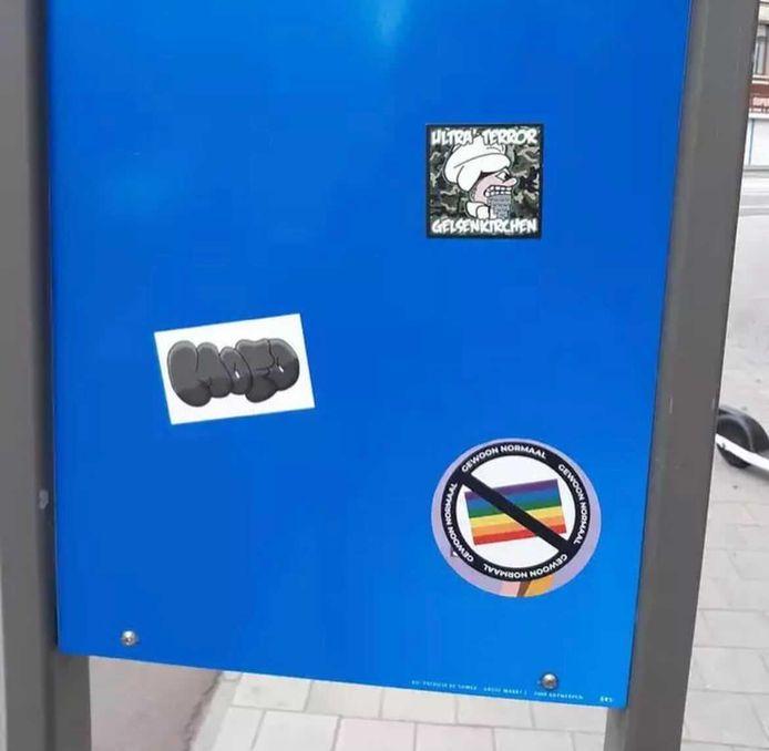 De anti-holebi-stickers duiken op in het Antwerpse straatbeeld.