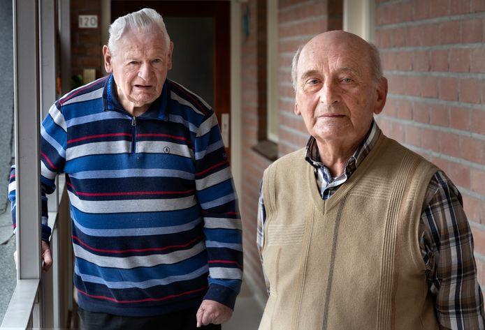 Lambert van Helmond (l) en Piet Verspaget, jubilarissen bij voetbalclub NWC in Asten