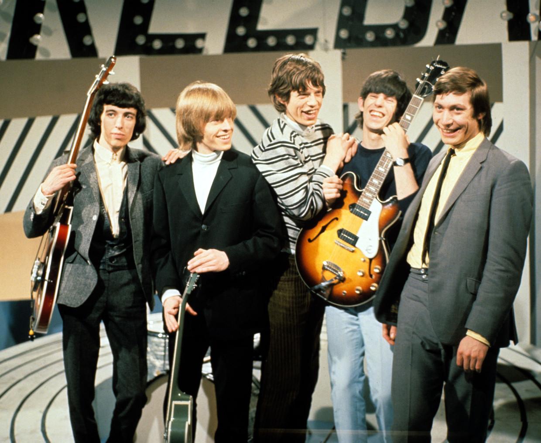 De Stones bij een optreden in een tv-studio, 1965. Charlie Watts uiterst rechts. Beeld Getty Images