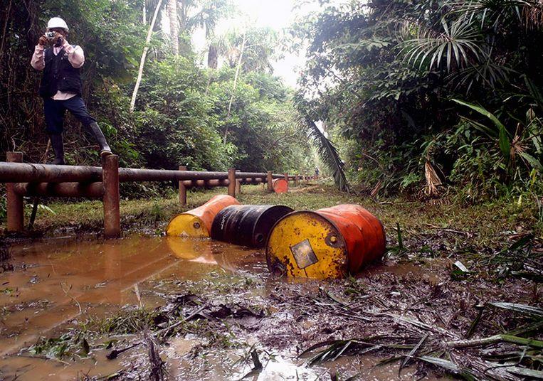 Olievaten in het Peruaanse deel van het Amazonewoud zorgen voor ernstige milieuvervuiling. Beeld AFP