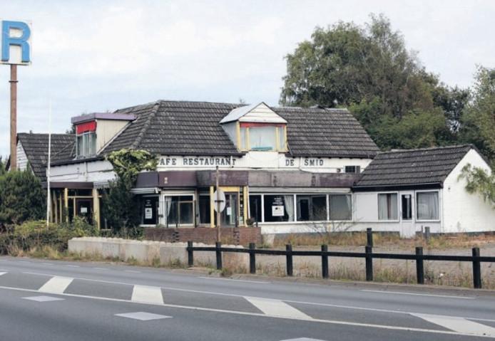 Restaurant De Smid in Epse staat sinds het faillissement in januari 2011 leeg. Een projectontwikkelaar wil hier een hotel neerzetten.