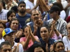 Politie arresteert bezoeker theehuis: passanten applaudisseren