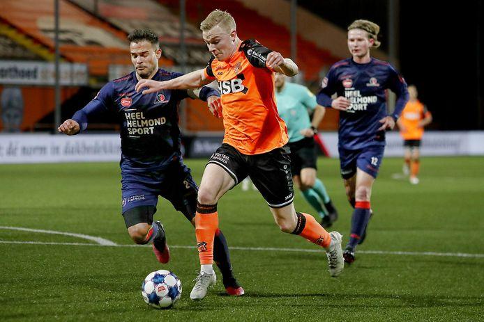 Guus Joppen (l) en zijn teamgenoten hadden na rust hun handen vol aan de aanvallers van FC Volendam, zoals Derry John Murkin.
