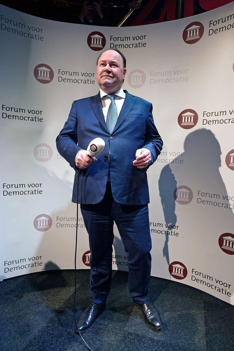 Henk Otten spreekt tot de aanhang van Forum voor Democratie na de overwinning bij de provincialestatenverkiezingen. Beeld Guus Dubbelman